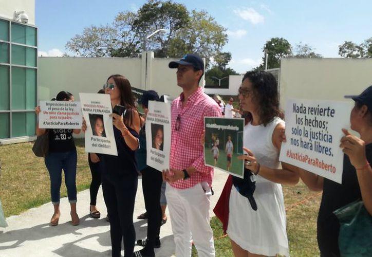 Ciudadanos exigieron que se haga justicia en favor de Roberto González, víctima de Rodrigo Galán Gutiérrez, alias #LordCobarde, y su esposa María Fernanda Salcedo. (Octavio Martínez/SIPSE)
