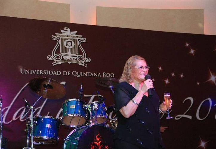 La maestra Elina Coral Castilla brindó por el año venidero. (Cortesía/Uqroo)
