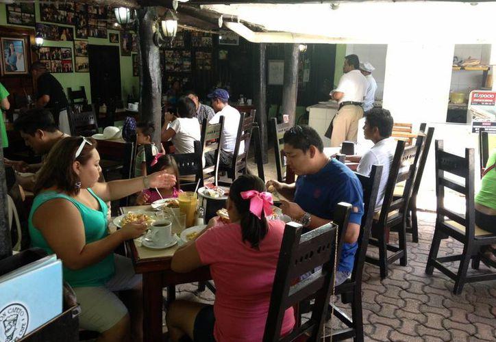 Algunos turistas aún permanecen en el destino lo que favorece a los restauranteros. (Rossy López/SIPSE)