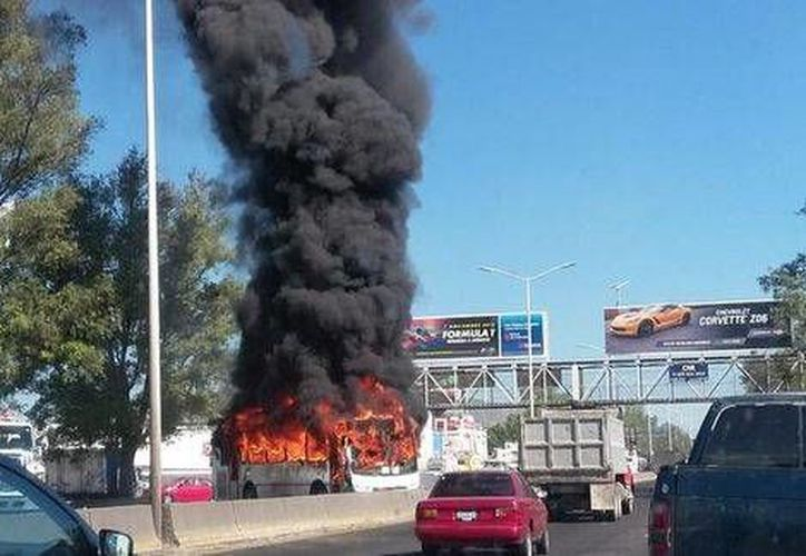 Un usuario de Twitter publicó esta imagen de un camión quemándose en Periférico Norte, antes de López Mateos. (@TeachCickyVelez)