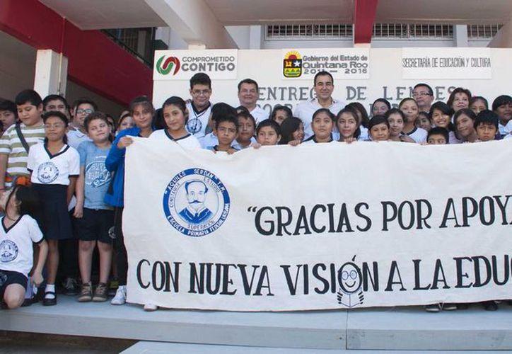 """Se  realizó la entrega simbólica de anteojos como parte del Programa """"Patrimonio para tu Bienestar"""". (Redacción/SIPSE)"""