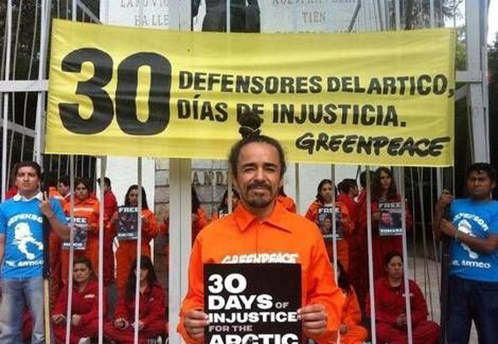 Rubén Albarrán, integrantes de Greenpeace y voluntarios se encerraron en una prisión simbólica en el Monumento a Ghandi. (Milenio)