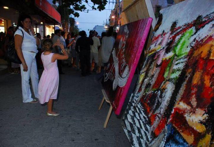 Cada martes, viernes y sábados, alrededor de 30 artistas dan muestra de su creatividad. (Redacción/SIPSE)