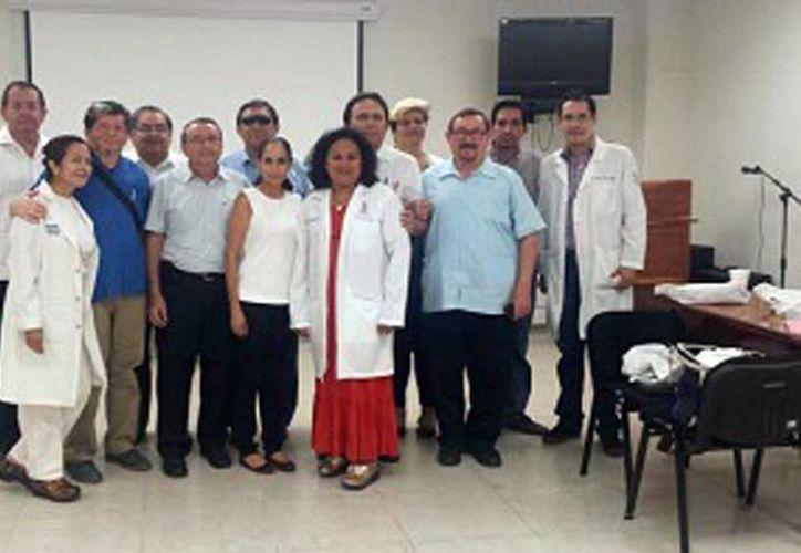 Integrantes de la Jornada extramuros en Valladolid que ofrecerán el tratamiento adecuado para las personas con alta propabilidad de cáncer en la piel. (Milenio Novedades)