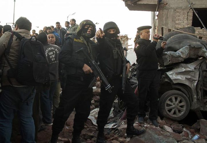 Las fuerzas de seguridad egipcias se reúnen en el escenario de una poderosa explosión en Egipto. (Agencias)