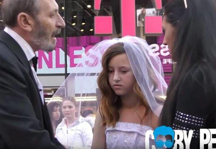 El experimento social de un videobloguero en plena plaza del Times Square causó la indignación de decenas de neoyorquinos. (Actualidad RT)