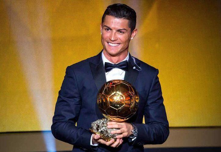 El Balón de Oro se entregará en enero del 2016. Cristiano Ronaldo, uno de los favoritos, ya lo ha ganado tres veces, mientras que Messi cuatro. (telemundo.com)