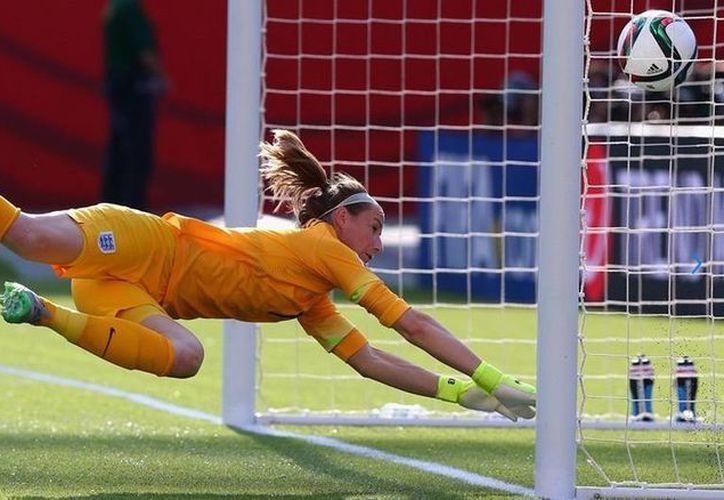 Karen Bardsley, de EU, trata de evitar un autogol en partido de semifinal del Mundial femenino 2015 entre Inglaterra y Japón. LA FIFA quiere que en los próximos 4 años de 30 a 45 millones de jóvenes se agreguen a las que ya existen jugando soccer. (fifa.com)