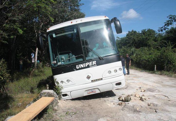 Dos llantas del autobús se salieron de la cinta asfáltica. (Julián Miranda/SIPSE)