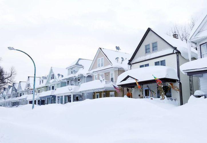 Casas en Buffalo literalmente enterradas por las intensas nevadas de los últimos días, lo cual también ha obligado a cambiar de sede el partido de NFL entre Jets y Bills. (Foto: AP)