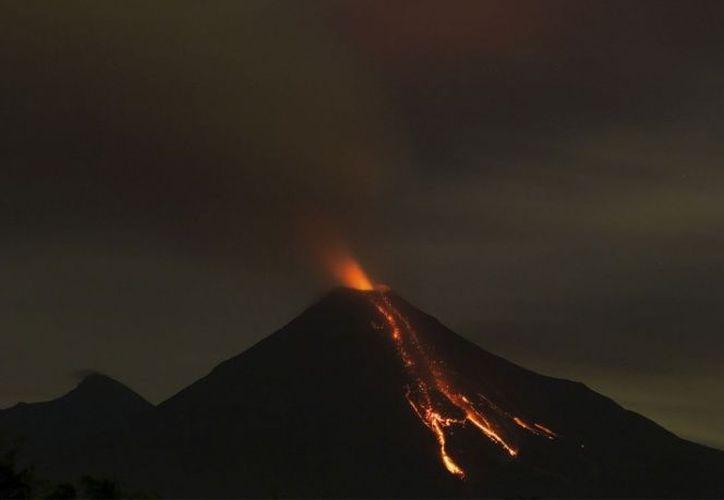 El coloso registra ahora constantes explosiones y que la ceniza que lanza alcanza los 4.600 metros de altura sobre el nivel del mar. (Cuarto Oscuro)
