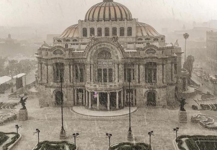 El Palacio de Bellas Artes también se blanqueó por la tarde de granizo. (Foto: Instagram @Fh3erny).