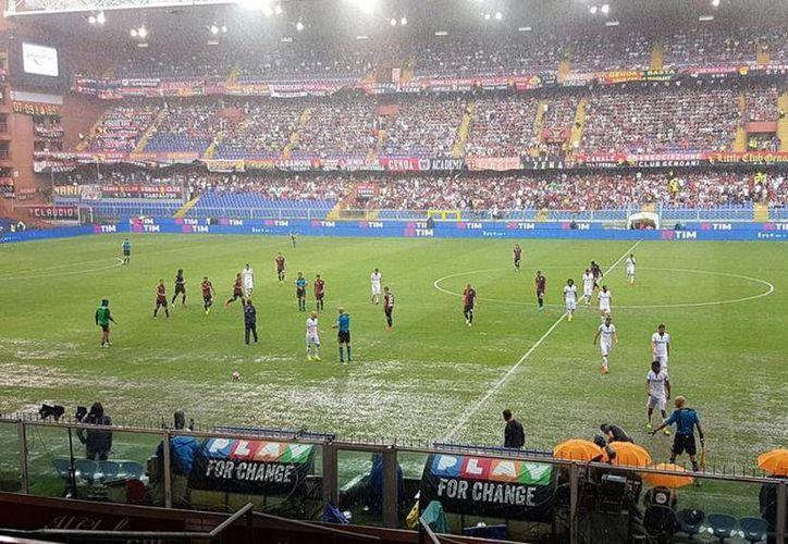 El partido entre la Fiore y el Genoa fue suspendido al minuto 28, debido a la fuerte lluvia.(Foto tomada de Facebook/Fiorentina)