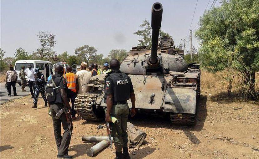 En la fotografía, un tanque utilizado por Boko Haram para atacar localidades de Nigeria. 29 aldeanos fueron acribillados por el grupo extremista este martes.(Archivo/ EFE)