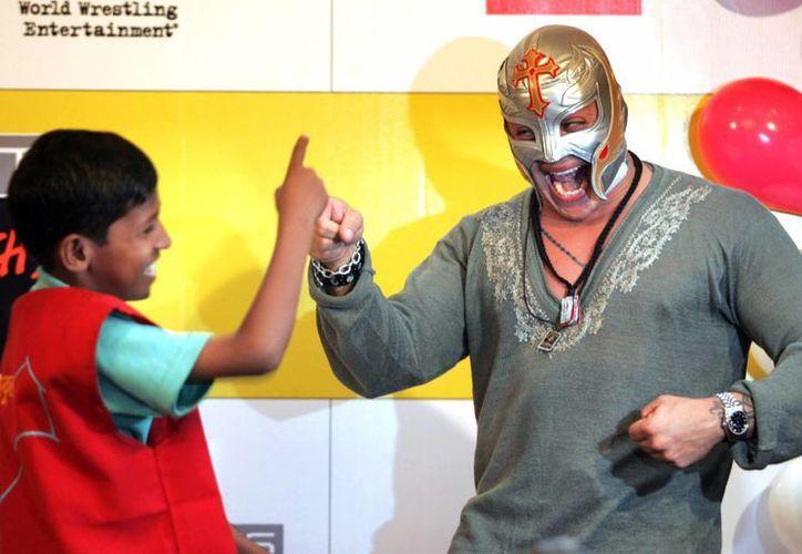 Rey Misterio rendirá un homenaje a 'El Hijo del Perro Aguayo', en la foto Rey Mysterio, durante un encuentro con niños en Mumbai, India. (AP)