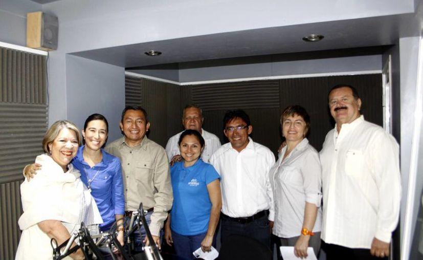 """Los conductores acompañados de los invitados de los programas """"Peace"""" y """"Rompiendo Cadenas"""". (Christian Ayala/SIPSE)"""