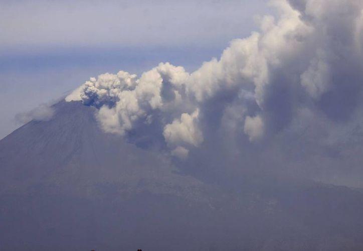 Las constantes fumarolas del volcán alertaron a las autoridades que mantiene vigilancia de cerca del Popocatéptl. (Notimex)