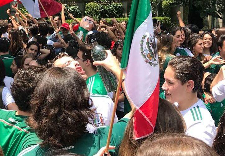 El embajador salió a festejar con los aficionados mientras las banderas de México y Corea ondeaban juntas.  (Milenio)