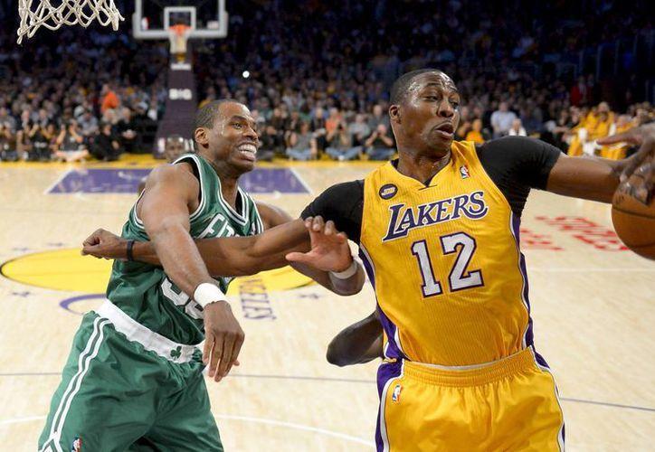 Collins (i) disputa un balón contra Dwight Howard, de los Lakers. (Agencias)