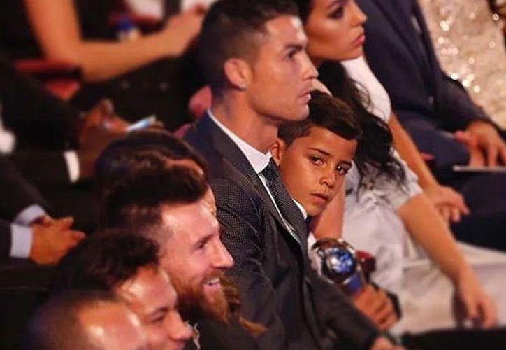 Todos miran al escenario, pero el pequeño observaba con mucha atención y admiración a Leo. (Foto: La República)