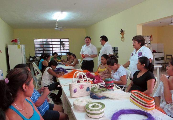 Las mujeres presentaron a las autoridades los productos elaborados. (SIPSE)