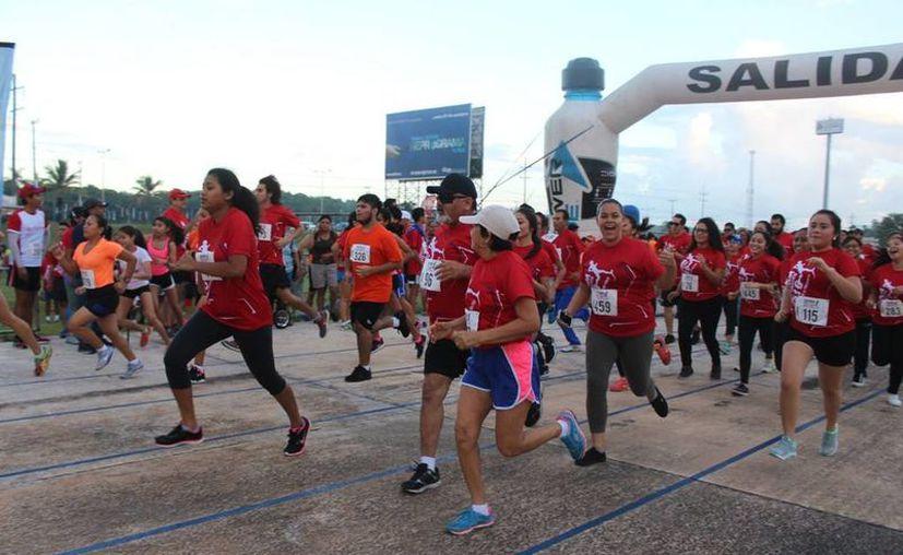 Participaron más de mil corredores de diferentes clubes deportivos. (Raúl Caballero/SIPSE)