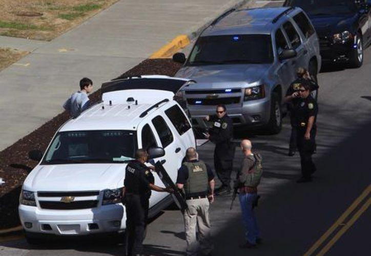 Un grupo de policías llegó al lugar, acordonaron la zona e investigan lo sucedido. (Agencias)