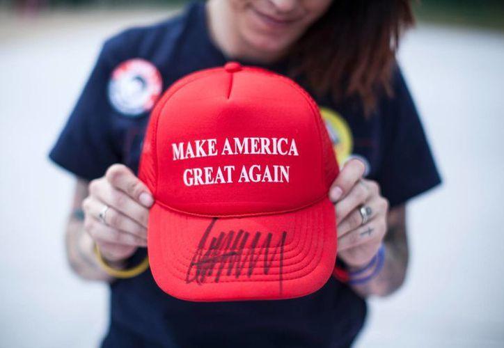 La gorra dice 'Make America Mexico Again'. Saldaña ha recaudado más de 14 mil dólares al vender por internet las prendas que hacen parodia del precandidato republicano a la presidencia Donald Trump. (Foto AP/Claudia Torrens)