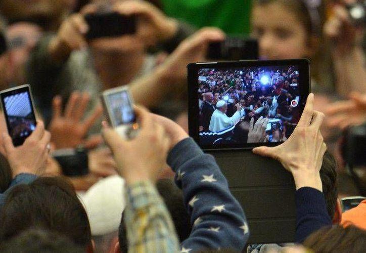 Con la app iBreviary, que puedes descargar en tu teléfono Smartphone o tableta Android, puedes rezar la Liturgia de las Horas. (Foto de contexto tomada de actualapp.com)