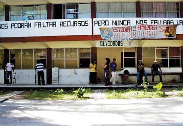 Según la conversación entre un estudiante y un líder estudiantil, delincuentes intentaron irrumpir en la escuela normal de Ayotzinapa  (Daniel Cruz/Milenio)