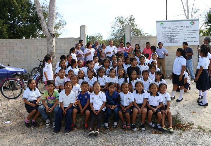 Las autoridades atienden las necesidades del sector educativo en beneficio de la niñez y la juventud. (Raúl Balam/SIPSE)