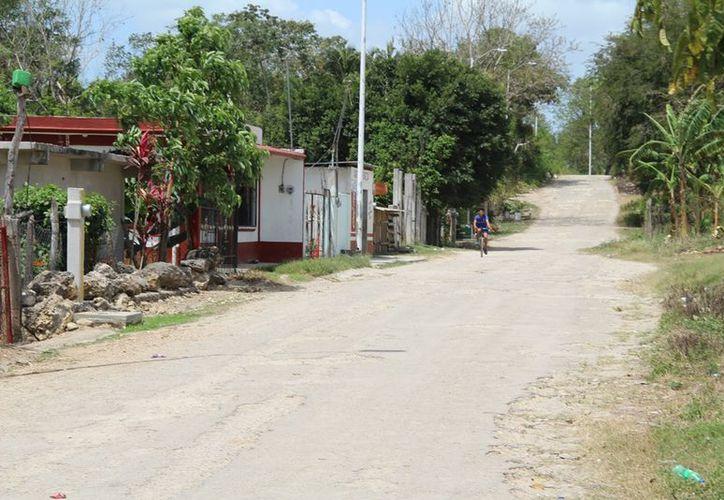 Habitantes de Ucúm amenazan con cerrar la carretera Chetumal - Escárcega por no tener respuesta a su demanda de pavimentación de calles. (Carlos Castillo/SIPSE)
