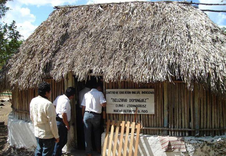 Las escuelas que serán reemplazadas están construidas con materiales de la región. (Carlos Yabur/SIPSE)