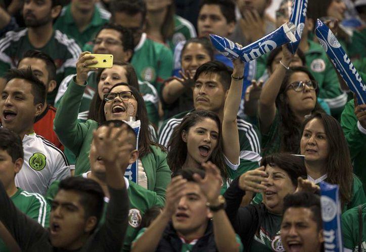 El clásico grito de la afición al momento de que el portero rival despeja podría traer graves consecuencias a la Selección Mexicana de Futbol. (Imágen de AP)