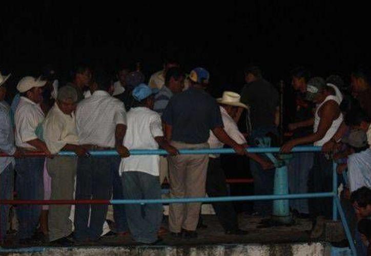 La noche del sábado 12 de octubre los maestros cerraron el paso a la presa. (revistarepublica.com.mx)