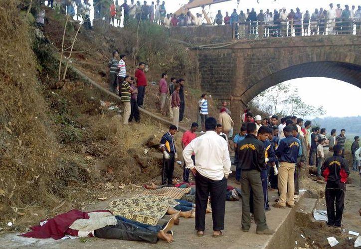 El accidente se produjo de madrugada cuando el vehículo, de servicio público y que cubría la ruta entre Goa y Bombay, se precipitó por un puente sobre un río del distrito de Ratnagiri. (Agencias)
