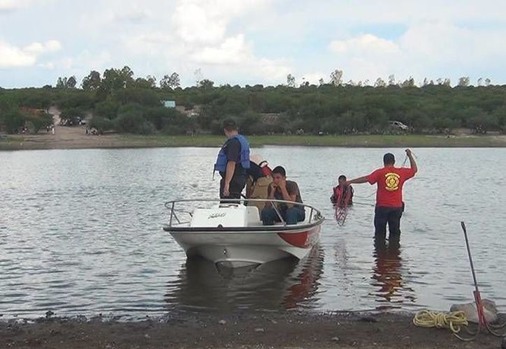Las labores de rescate del cuerpo del joven se prolongaron debido a la suciedad del agua. (Excélsior)