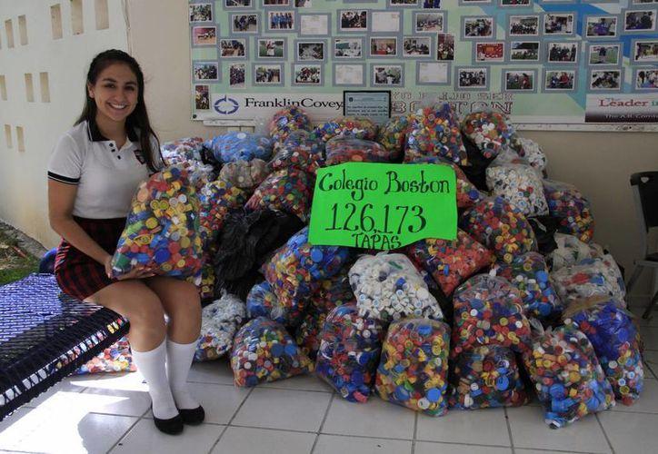 Samantha Casillas recibe cada días más taparroscas en el colegio. (Tomás Álvarez/SIPSE)