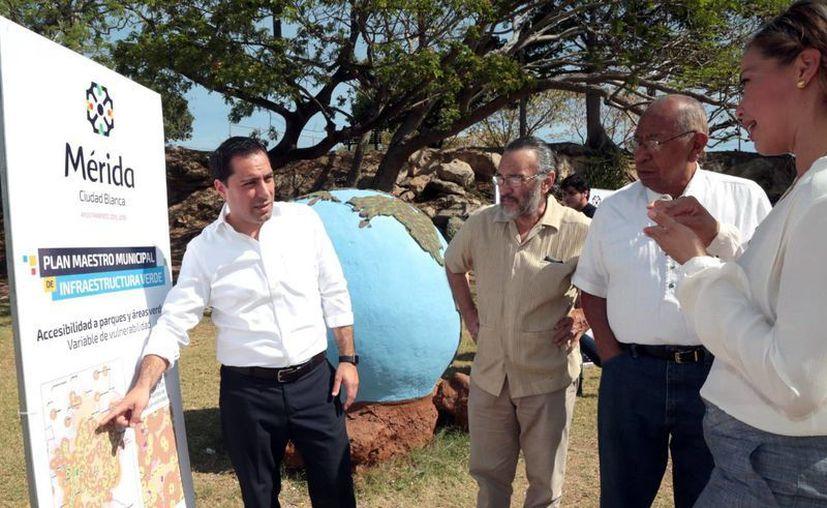 El alcalde Mauricio Vila Dosal explica el Plan Municipal de Infraestructura Verde. (Milenio Novedades)