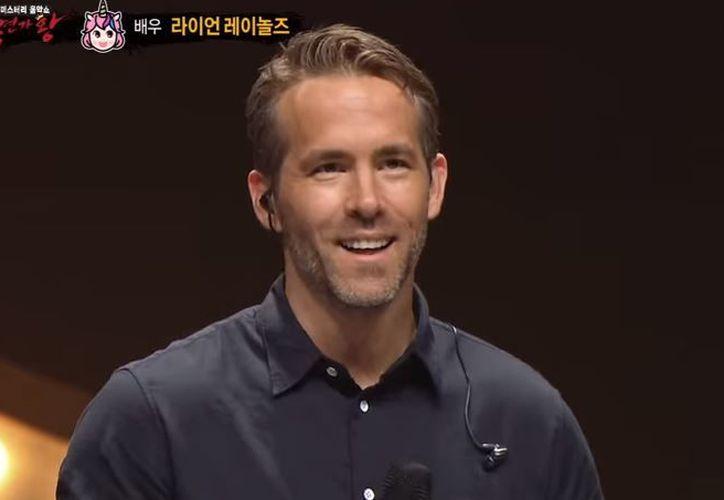 Ryan Reynolds se vistió de unicornio con una capa brillante y con la cara completamente cubierta.(Captura)