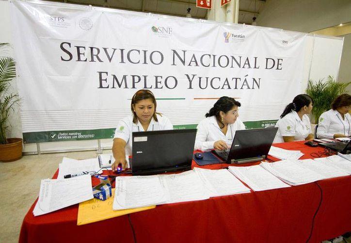 La STPS informó, durante la Expo Empleo Yucatán 2014, en la que participaron 70 empresas con más de 2,000 ofertas de empleo, que en México hay entre 400,000 y 500,000 plazas laborales más, gracias a las reformas legales. (NTX)