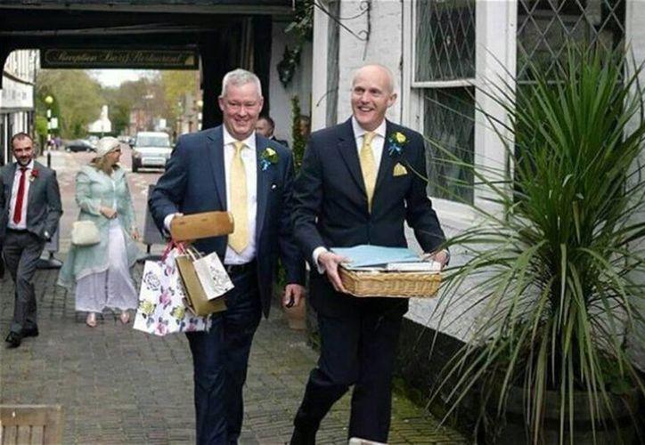 El sacerdote anglicano Jeremy Pemberton, de 58 años se casó este sábado con su novio de toda la vida, Laurence Cunnington, de 51 años, en un claro desafío a la institución religiosa. (ragap.es)