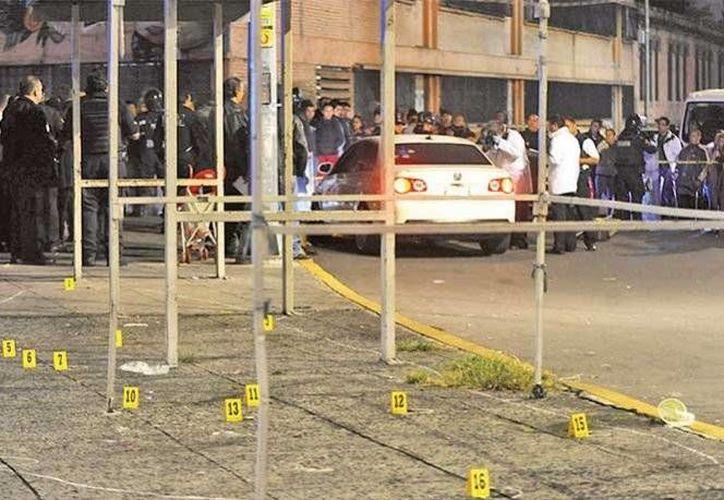 El triple homicidio ocurrió en avenida del Trabajo y Jarcería, la madrugada de ayer. Se hallaron 32 casquillos percutidos. (Excélsior)