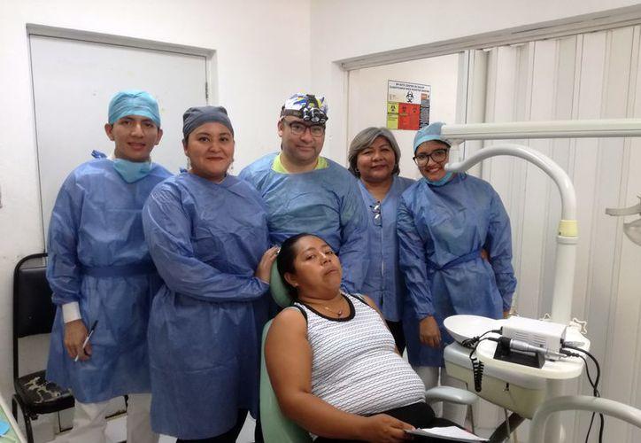 El Dr. Víctor Córdova, con su equipo de cirujanos y un paciente. (Foto: Milenio Novedades)