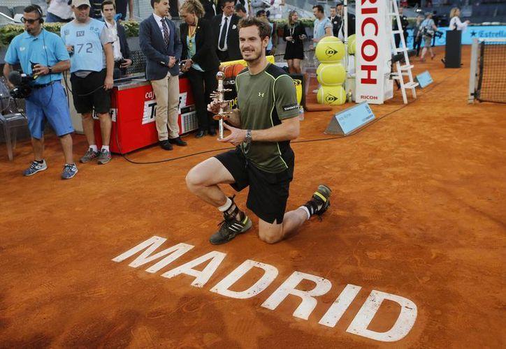 Andy Murray posa con el trofeo que lo acredita como campeón del Abierto de Madrid, después de haber vencido a Rafael Nadal. (Foto: AP)