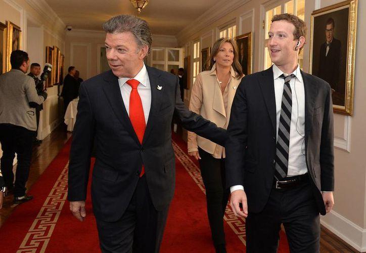 El presidente de Colombia, Juan Manuel Santos, acompaña a Mark Zuckerberg en un recorrido por la Casa Nariño, este 14 de enero de 2014, en Bogotá, Colombia. (Foto: Notimex)