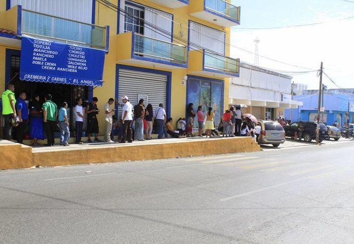 Ayer cientos de personas acudieron a realizar el trámite en los módulos del INE. (Sergio Orozco/SIPSE)