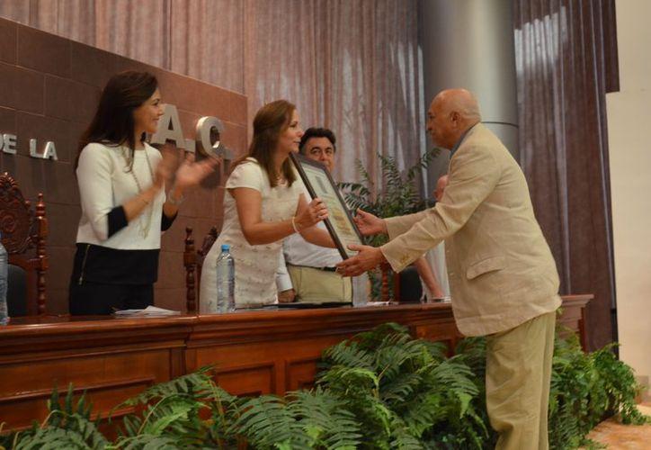 El investigador Mario Humberto Ruiz Sosa recibió reconocimiento por participar en el XXII Encuentro Internacional Los Investigadores del la Cultura Maya 2012, en Campeche. (Novedades Campeche)