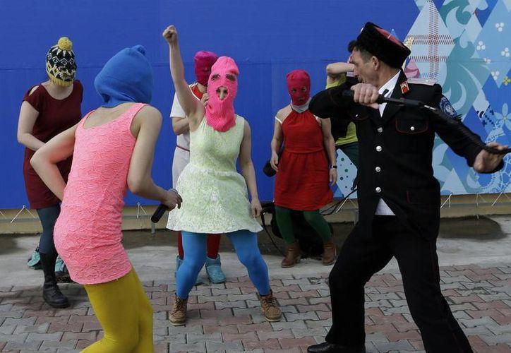 La banda Pussy Riot fue a Sochi para filmar su nuevo video criticando al presidente Vladimir Putin y los Juegos Olímpicos de Invierno cuando unos cosacos intentaron detenerlas. (Agencias)