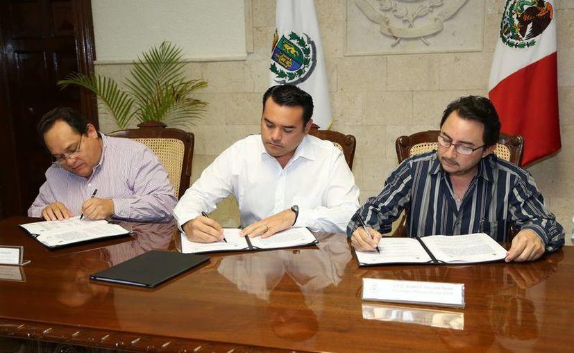 El Alcalde, los titulares municipal y estatal del Acceso a la Información Pública, y el secretario del Ayuntamiento, Alejandro Iván Ruz Castro, firmaron el acuerdo. (Cortesía)